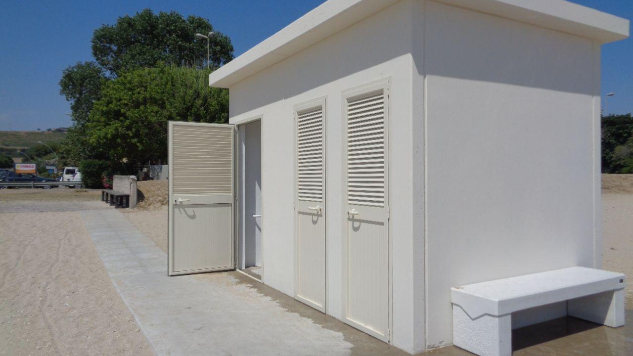 Due bagni e 4 docce per le spiagge libere di lido e casabianca