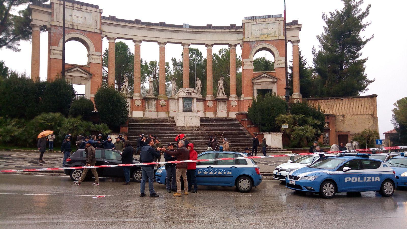 Sparatoria-macerata-monumento-caduti-spari-3
