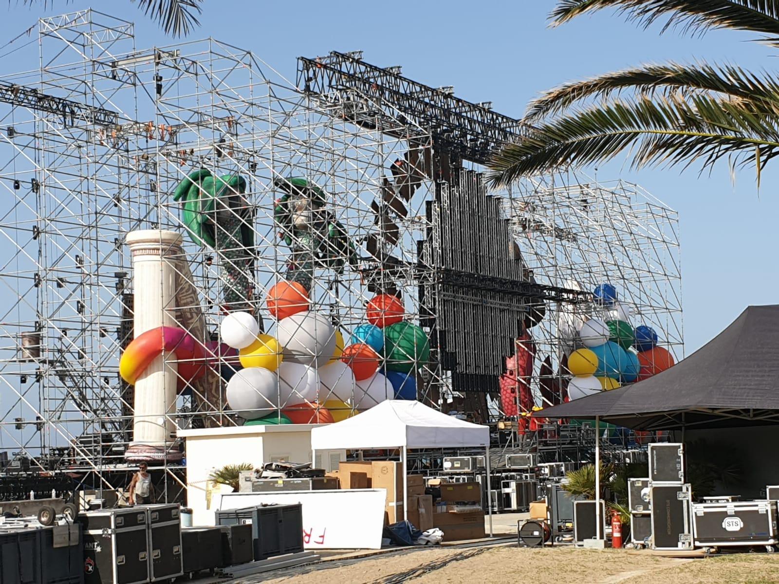 Il mega palco oggi pomeriggio, alla vigilia del concerto