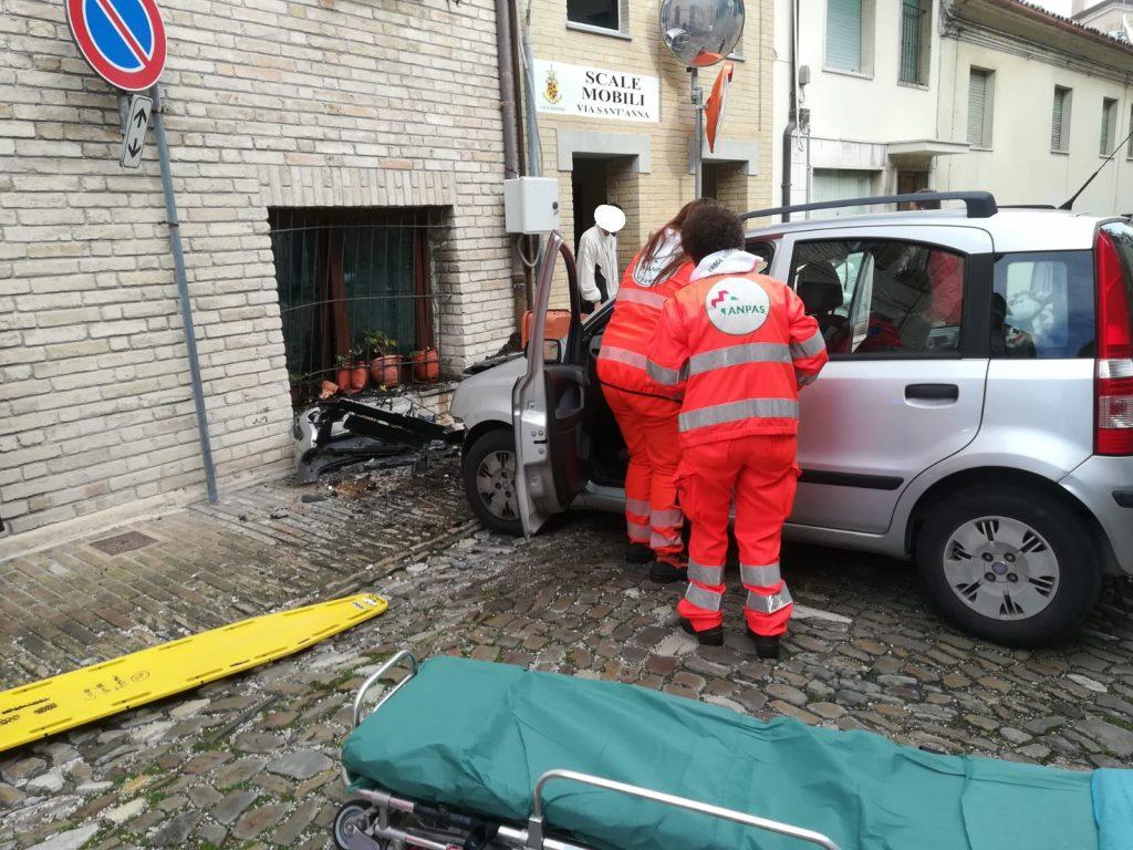 Scale Di Risalita Casa un boato e poi la finestra distrutta auto si schianta contro