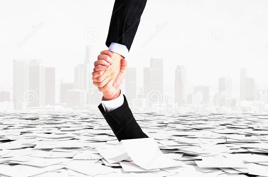 una-mano-aiuta-un-altro-per-non-entrare-giù-burocrazia-62389322